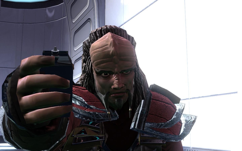 Klingonischer Botschaffter mit Tos Phaser:P